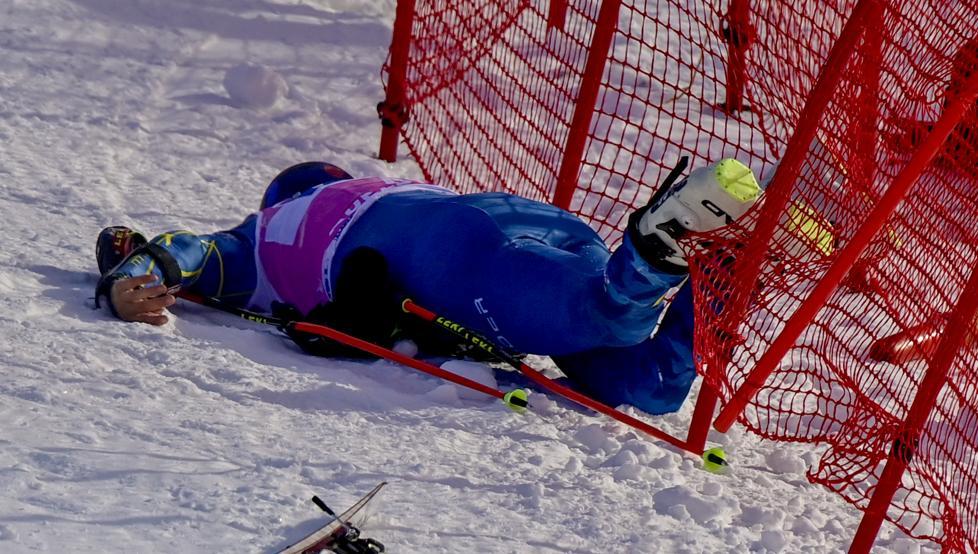 Tommy Ford, tumbado sobre la nieve tras el accidente