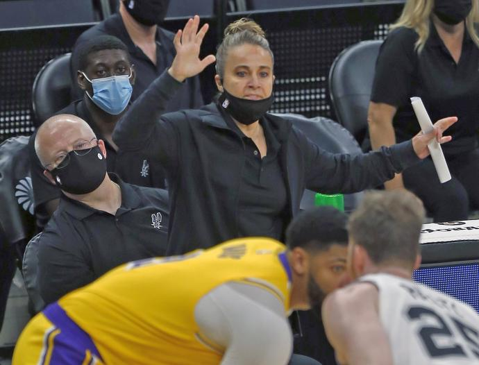 Becky Hammon, durante el partido ante los Lakers que tuvo que dirigir como entrenadora jefe de los Spurs.
