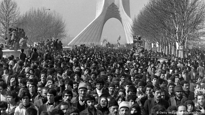 Hundreds of thousands of Iranians took to the streets on that day to cheer in the motorcade in which Khomeini drove to the central cemetery to deliver his arrival there (Photo: afp)