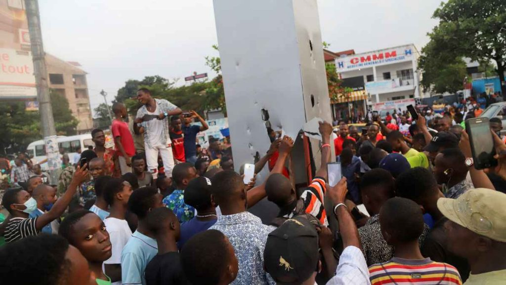 Silver monolith appearing in the Congo;  Citizens burn it