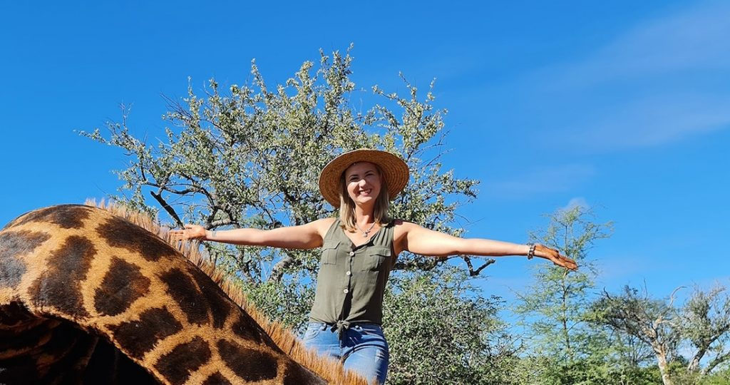 Powerful photos: the huntress shows a giraffe's heart in the pictures;  It causes anger