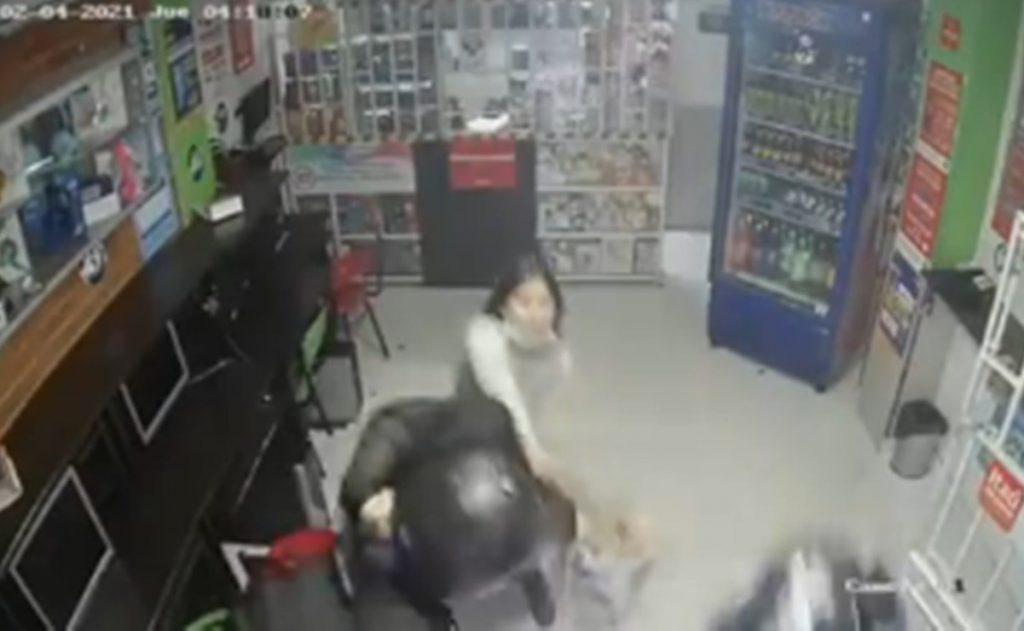 Niña de 14 años ataca a machetazos a ladrones armados para defender a su mamá en Colombia