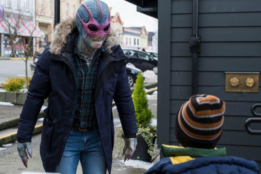 Escena de 'Resident Alien', protagonizada por Alan Tudyk.