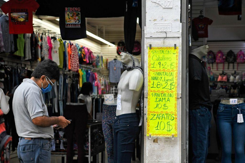 En esta foto de archivo, tienda de ropa de Caracas que exhibe sus precios en dólares.