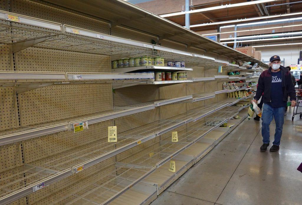 Personas realizan compras de pánico por miedo a escasez de insumos.