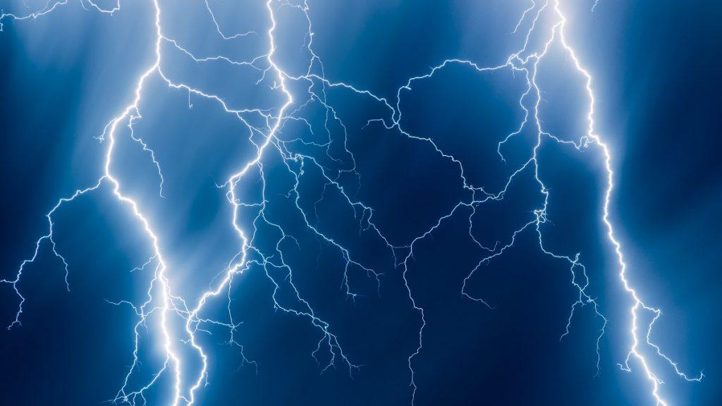 India: After a lightning bolt, 4 people were struck