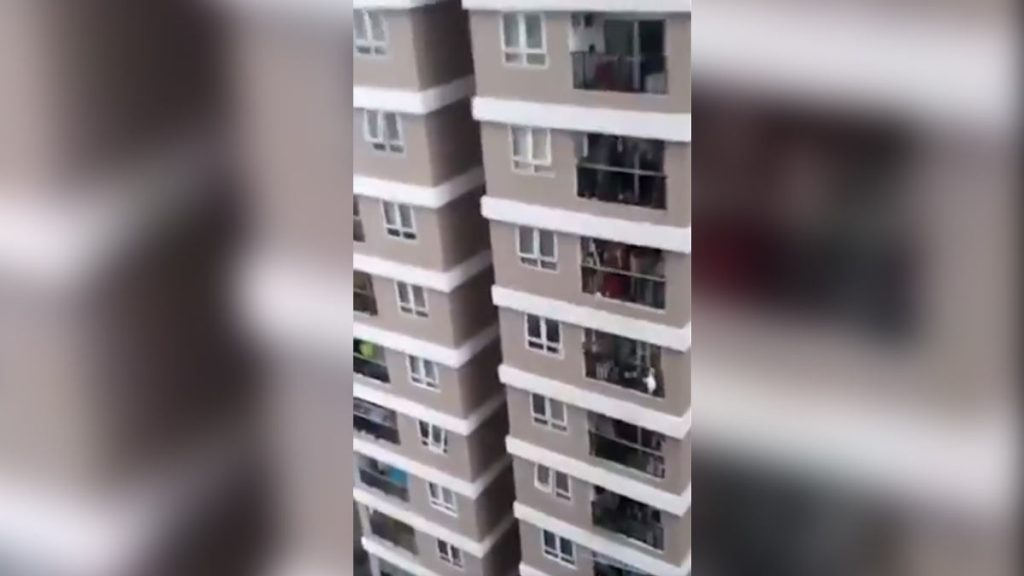 A girl falls from a 12-storey building and is caught by a delivery person - Uno TV