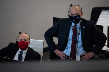 Ken Powersox, Acting Administrator of NASA's Manned Space Mission Program, and Acting Officer Steve Goerchick during SpaceX launch (NASA / Joel Kozky / via Reuters)