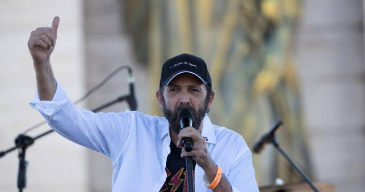 "Juan Luis Guerra adapts his song ""Cantando Bachata"" for rock genre 
