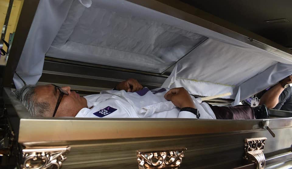 The candidate starts his campaign in a coffin;  He asks that if he does not comply they bury him alive