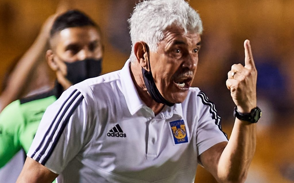 The referee scored in favor of America and Tigres under pressure from the masses: Toca