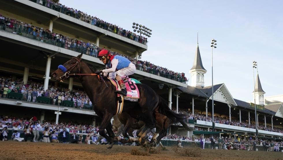 John Velazquez, montando a 'Medina Spirit', ganó por cuarta vez el prestigioso Derby de Kentucky, con 147 ediciones el más veterano de las carreras de caballos de los Estados Unidos y primera prueba de la Triple Corona