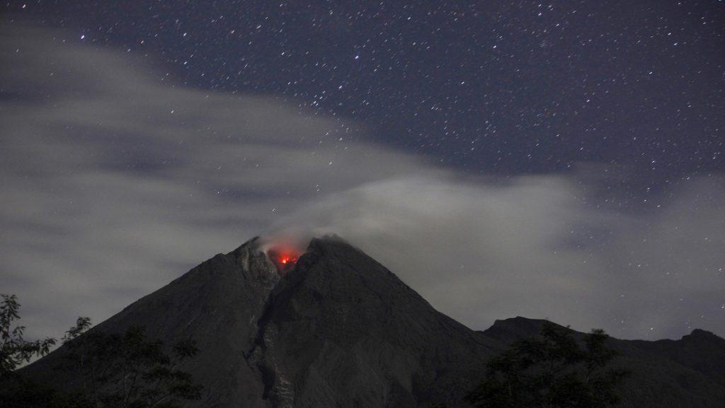 Captan el momento en el que un meteoro cae sobre el volcán más activo de Indonesia (VIDEO, FOTOS)
