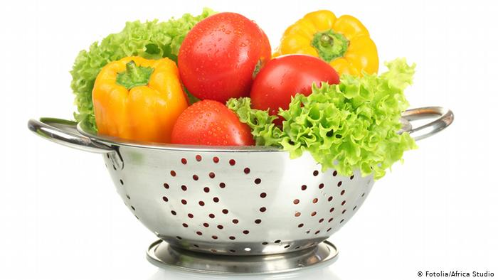 Strainer with tomatoes, lettuce and pepper.