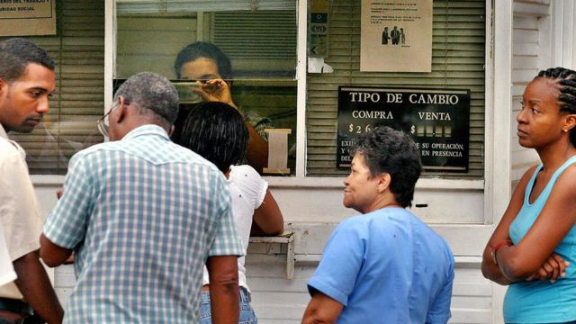 People at a Cuban exchange office