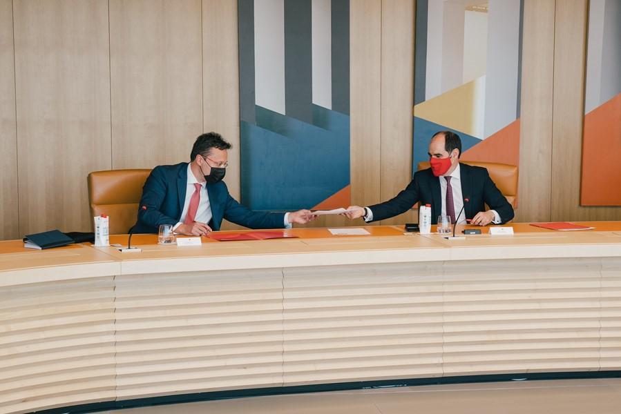 António Simões, responsable regional de Europa de Santander y consejero delegado de Santander España, y Jordi Laguarda, director de DIT Spain, firman el acuerdo.