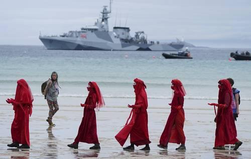 Manifestantes protestan en Carbis Bay, Inglaterra, por el inicio de la reunión del G-7.