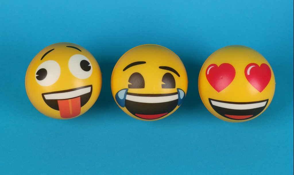 Más de tres mil emojis están disponibles para usar en diferentes plataformas. (Foto Prensa Libre: Ann H en Pexels).