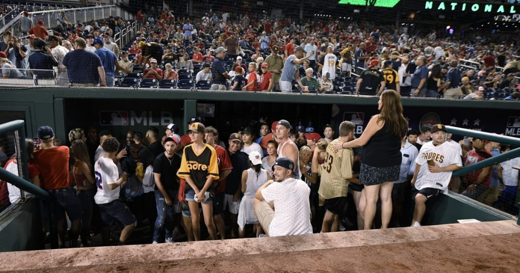 Padres-Nacionales are suspended for taking pictures outside the park