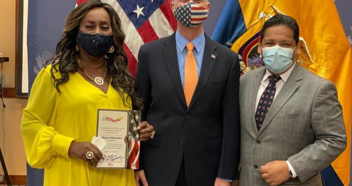 """Thus began the friendship of """"La Pompon"""", Mayra Montaño, with the American Consul in Guayaquil, who gave English lessons with a blackboard in her hand 