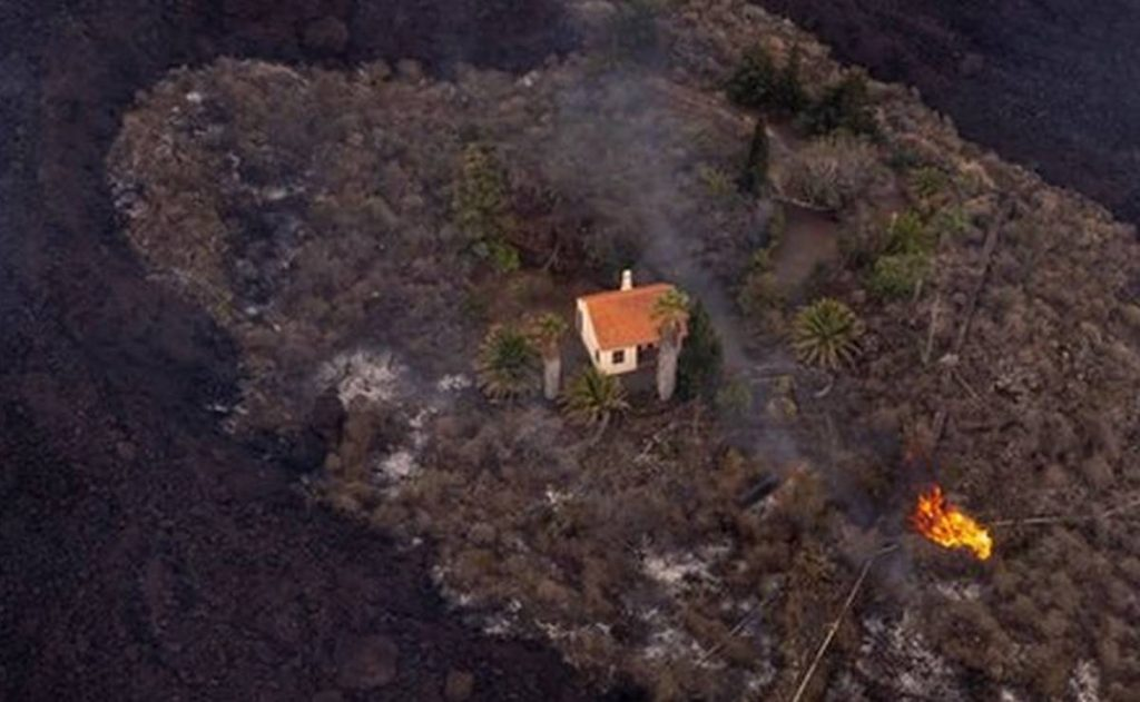 """Volcán de La Palma: la """"casa milagrosa"""" que escapó de la lava en las Islas Canarias"""