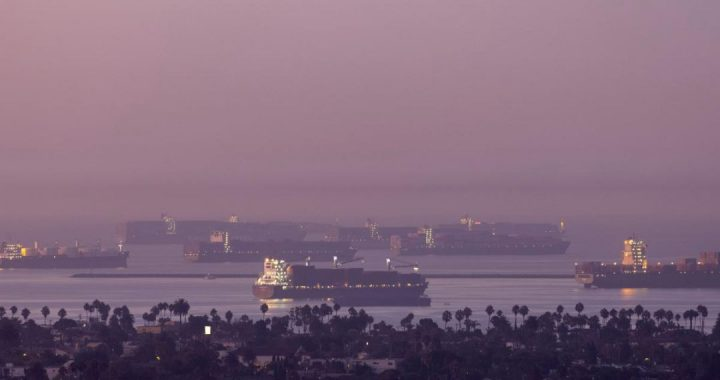 A long line of ships waits in the United States due to a supply crisis;  It will affect Christmas