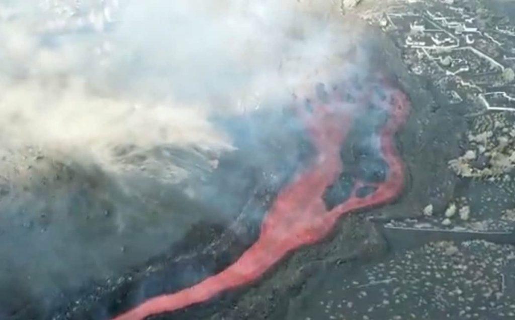 Se rompe el cono del volcán de La Palma y deja una colada