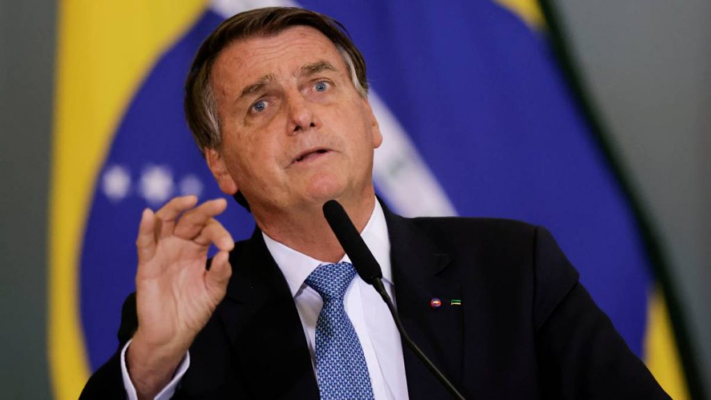 Jair Bolsonaro cannot enter the soccer field because he has not been vaccinated against COVID-19