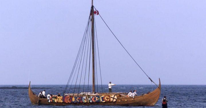 Réplica del barco vikingo Islendingur cuando llega al pueblo pesquero de L