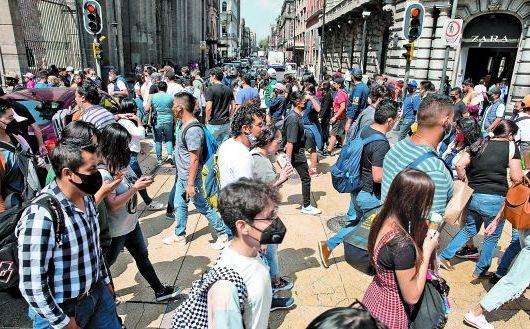 Concurrencia en la calle Madero, en el Centro Histórico. EFE