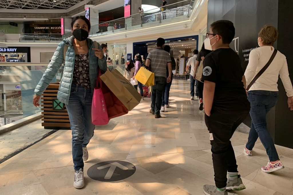 Personas en un Centro Comercial de la Ciudad de México.