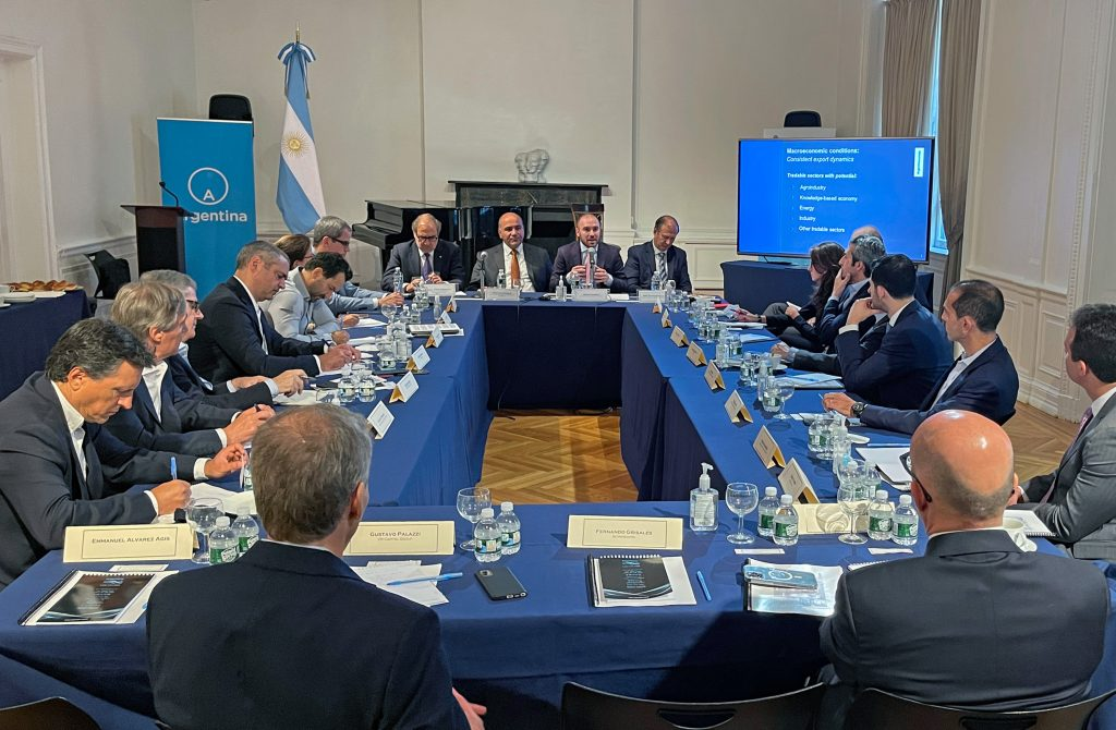 Negotiations with the International Monetary Fund, the main topic in the meeting of Mansour and Kozman with businessmen and investors