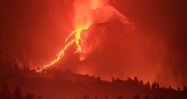 Photographer searching for homeowners resisting an eruption in La Palma;  this is the picture