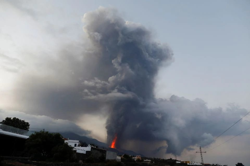 El volcán Cumbre Vieja sigue exhalando materiales incandescentes