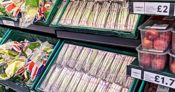 Supermercados usan fotos de cartón ante escasez de comestibles en Reino Unido