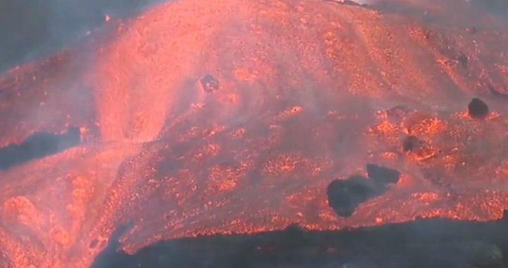 Fue captado un video donde se ve el avance de la colada de lava en el barrio de La Laguna.